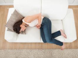 Mujer sufriendo los síntomas del embarazo ectópico