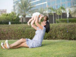 Una madre disfruta con su bebé tras haber pasado unas pruebas endometriales.