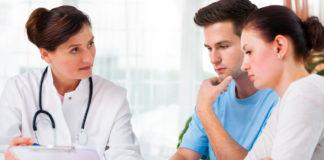 Una pareja afectada por el síndrome Turner en la consulta.