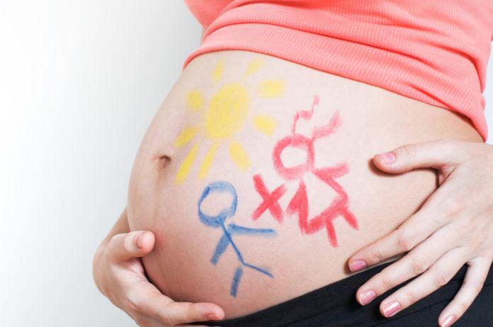 Una mujer embarazada de gemelos tras someterse a una fecundación in vitro