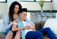 Dos mujeres lesbianas esperan un bebé