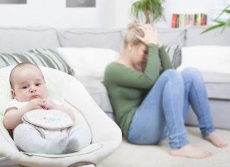 Una madre que sufre depresión posparto de lamenta