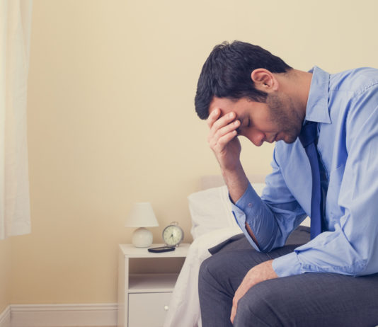 Un hombre afectado por el síndrome Klinefelter se lamenta.