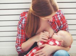 Una madre amamantando a su bebé
